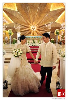 That moment. with that filipiniana gown by veluz reyes ♡ wedding gown Filipiniana Wedding Theme, Modern Filipiniana Dress, Wedding Entourage Gowns, Wedding Dresses, Filipino Wedding, Wedding Looks, Dream Wedding, Wedding Motifs, Barot Saya