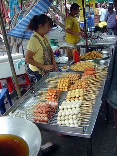 Bangkok street food vendors are everywhere! Its just like the fest..I'm ok with some yummy $1 thai street food