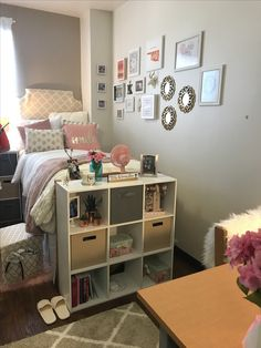 Brilliant Dorm Room Organization Ideas on a Bu - Dorm Room Hacks Ideas Dorm Room Storage, Dorm Room Organization, Organization Ideas, Bedroom Ideas For Teen Girls, Closet Interior, Design Apartment, Dorm Design, Apartment Ideas, Design Typography