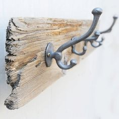 DIY ~ Towel/Coat Hanger using an old rustic piece of wood or driftwood. I've made one of these using driftwood & it looks great in our mud room. Wanted to share this super easy diy :-) Driftwood Projects, Reclaimed Wood Projects, Driftwood Art, Driftwood Ideas, Driftwood Beach, Coat Hanger, Coat Hooks, Towel Hooks, Towel Hanger