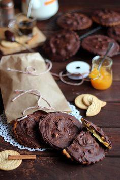 Galletas gigantes con avellanas y cobertura de chocolate