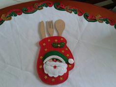 Decoración para mesa o cocina de hogar o restaurante con motivos navideños. cubiertos decorativos en madera, cubiertero en paño decorativo