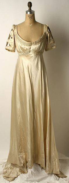 Silk evening dress, (British) Metropolitan Museum of Scotland, Costume Institute. Belle Epoque, Robes Vintage, Vintage Dresses, Vintage Outfits, Antique Clothing, Historical Clothing, Historical Dress, Historical Costume, Edwardian Fashion