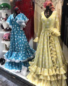 ÚLTIMOS DÍAS | Todavía estás a tiempo de comprar tus #trajesdeflamenca para las primeras #ferias y #romeria 💃🏻 ✅Pedidos en… Spanish Dress, Printed Gowns, Dress Up Costumes, Frill Dress, The Dress, Traditional Outfits, Frocks, Boho Fashion, Clothes