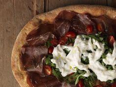 Pizza con Bresaola di Fassona, Pomodorini Datterini, Stracciatella di Burrata e Rucola (tutto a crudo)