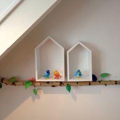 Muur versiering tak en huisjes kamer Pim