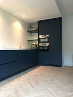 Example of Herringbone floors with modern kitchen design Interior Design Kitchen, Room Interior, Kitchen Decor, Navy Kitchen, Black Kitchens, Home Kitchens, Küchen Design, House Design, Design Trends