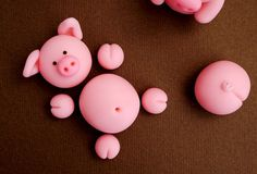 Fondant Pigs Cake Toppers for Swimming Pigs in Kit Kat Barrel Cake Pigs In Mud Cake, Pig In Mud, Fondant Cake Toppers, Cupcake Cakes, Barrel Cake, Chocolate Mud Cake, Farm Cake, Fondant Animals, Animal Cakes