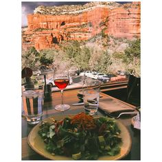 If you want to enhance your meal in Sedona, Arizona, then check out this list of great restaurants with incredible views! Sedona Restaurants, Phoenix Restaurants, Top 10 Restaurants, Breeze Restaurant, Outdoor Restaurant, Packing Tips For Travel, Europe Packing, Traveling Europe, Backpacking Europe