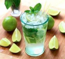 Mojito: The real one - Trend Best Cocktail Recipes 2019 Cocktail Drinks, Cocktail Recipes, Drink Recipes, Dinner Recipes, Bebida Mojito, Tapas, Brunch, Food And Drink, Juice Recipes