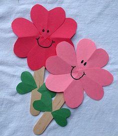 activité manuelle maternelle, primaire, fleur rouge et fleur rose, batonnet de glace en guise de tige, feuilles verte en papier, bricolage de printemps