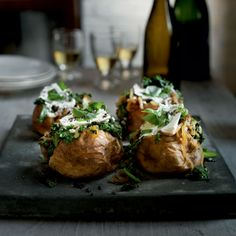 Kale & caramelised onion jackets Vegetarian Main Meals, Vegetarian Recipes Easy, Vegetable Recipes, Healthy Recipes, Easy Delicious Recipes, Easy Dinner Recipes, Snack Recipes, Cooking Recipes, Savoury Recipes