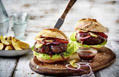 Oh hoe heerlijk is een hamburger op z'n tijd. Als het vlees goed sappig is, het broodje niet te zompig en de garnituur naar smaak, is het één van onze guilty pleasures. Voordeel: het is makkelijk te maken en een echte allemansvriend (als je van vlees houdt natuurlijk). Van de barbecue of lekker als makkelijke avondmaaltijd; hier onze 7 favorieten.