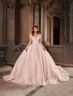 Rochie de mireasa tip princess, cu maneci din dantela. Unul dintre cele mai spectaculoase modele de rochii de mireasa cu trena, se remarca prin broderia cusuta manual si amplitudinea fustei tip printesa.