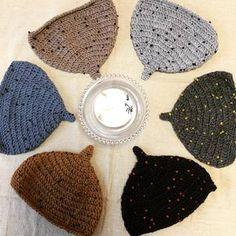 暖かくて可愛いどんぐり帽子を、お気にいりの毛糸で編んでみませんか? 手作りすれば、親子でおそろいもできちゃいますよ♪ | Does that spell ACORN HAT?
