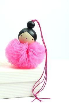 www.lespoisplumes.fr Création Made in France  Peint à la main Diy For Girls, Diy Crafts For Kids, Worry Dolls, Pom Pom Crafts, Art N Craft, Tiny Dolls, Kokeshi Dolls, Beaded Ornaments, Valentine Decorations