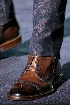 Scarpe Uomo Gucci 2013 - C'è una dichiarazione che si fanno indossare un paio di scarpe Gucci. Perfetta corrispondenza con i vostri jeans e giacca sportiva.