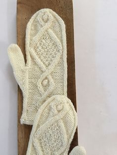 Welcome back to Free Pattern Friday, a fresh, new, free pattern every week! November is Mitten Month! This pattern is free through Thursday, November 17, 2016