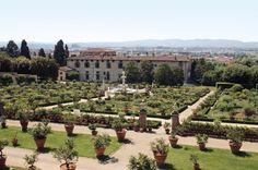 Villa Castello – k. Florencji, Włochy. Przebudowa obiektu została zlecona wybitnym inżynierom i twórcom renesansu. Villę przeprojektował Giorgio Vasari, ogród i jego oprawę rzeźbiarską powierzono Niccolò Tribolo, a inżynierią wodną zajął się Piero da San Casciano. Pierwszy taras posiada 16 bukszpanowych kwater wypełnionych kwiatami, a centralne miejsce zajmuje fontanna Herkulesa i Antaeusa.