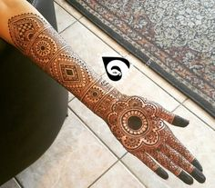 One hand of my ongoing bride who wants a lot of bold along with fine lines wanted the classic look. Loving how it's turning out. Unique Mehndi Designs, Beautiful Henna Designs, Beautiful Mehndi, Bridal Mehndi Designs, Mahandi Design, Heena Design, Tattoo Henna, Henna Tattoo Designs, Henna Art