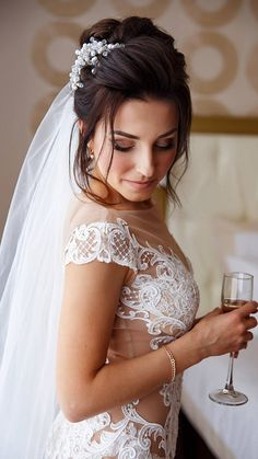 Wedding - is one of the most important events in the life of any girl. We want to find a loved one and live with him in love and joy. In our dreams we see ourselves in the most beautiful dress, shoes, jewelry. Everything has to be perfect. And when there comes the day the most important
