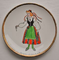 Decorative plate with Finnish woman in South Ostrobothnia's folk costume. Folk Costume, Costumes, Finnish Women, Traditional Outfits, Handicraft, Finland, Folk Art, Decorative Plates, Woman