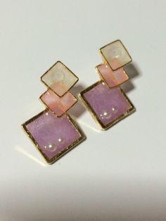 ピンク系の淡い色合いで組み合わせました。さりげない小さなパールも可愛いです♪こちらは樹脂ピアスのみになります。|ハンドメイド、手作り、手仕事品の通販・販売・購入ならCreema。