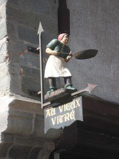 Enseigne d'une crêperie en Bretagne (France). sign