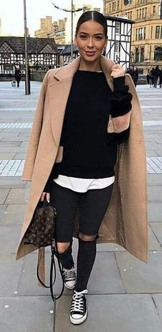 #spring #outfits woman in black sweatshirt and distressed black jeans outfit. Pic by @_luxury_fashion_style