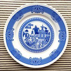 【素敵な食器】一見「由緒正しい伝統的なお皿」、よく見るとえらいカオスなことになってて癖になる!