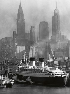 Queen Elizabeth at its Maiden Voyage in New York Harbor - NYC, 1940 New York Pictures, Old Pictures, Old Photos, Vintage Photos, Rms Queen Elizabeth, Queen Mary, Photo New York, New York Harbor, Vintage New York