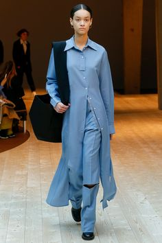 See all the Collection photos from Celine Autumn/Winter 2017 Ready-To-Wear now on British Vogue Fashion Week Paris, Fashion 2017, Runway Fashion, High Fashion, Fashion Trends, Celine, Fashion Details, Fashion Design, Fashion Show Collection