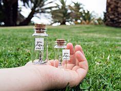You Me Oui! Paris gift. Amor en Parías. Te quiero. Mensaje en una botella. Miniaturas. Regalo personalizado. Divertida postal de amor. de EyMyMessage en Etsy