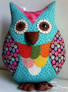 Almofada Coruja em patchwork Fabric Crafts, Sewing Crafts, Owl Sewing Patterns, Soft Toys Making, Owl Pillow, Owl Crafts, Flower Pillow, Felt Applique, Kids Pillows