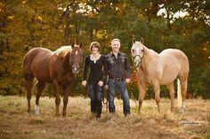 Tank Family Portraits with Horses - Shelley Paulson Barn Family Photos, Farm Family Pictures, Equine Photography, Family Photography, Photography Poses, Horse Portrait, Portrait Ideas, Picture Ideas, Photo Ideas