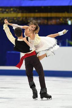 Alexandra Nazarova and Maxim Nikitin of Ukraine compete in the Ice dace free dance during the ISU Grand Prix of Figure Skating at Osaka municipal. Ice Skating Pictures, Figure Ice Skates, Ice Skaters, Ice Dance, Figure Skating Dresses, Fitness Gifts, Roller Skating, Grand Prix, Gymnastics