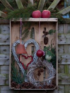 Feeding station for birds in old fruit crate - Ideen Weihnachten - DIY Deko Recycled Christmas Decorations, Xmas Decorations, Diy And Crafts, Christmas Crafts, Rustic Christmas, Winter Christmas, Christmas Time, Christmas Wreaths, Box Noel
