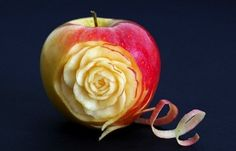Pink Lady Apple Rose Flower - Beginners Lesson 44 By Mutita Art Of Fruit And Vegetable Carving L'art Du Fruit, Fruit Art, Fresh Fruit, Apple Flowers, Apple Roses, Food Sculpture, Art Sculptures, Fruit And Vegetable Carving, Veggie Art
