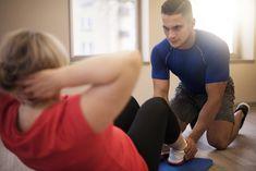 Rückbildungsübungen: Sit-Ups sorgen für einen straffen Bauch.