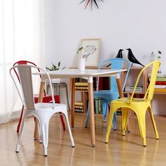 The industrial style decoration is trend , of that there is no doubt. It is a decorative style widely used today in kitchens, dining rooms, studios, and even in commercial… Kitchen Chairs, Dining Room Chairs, Mismatched Dining Room, Chair Makeover, Shops, Room Colors, Decoration, Painted Furniture, Sweet Home