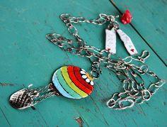 Balón...+Výrazný+multifunkční+náhrdelník+s+dominujícím+přívěsem+barevného+balónu...+balń+je+vyroben+z+mědi+a+smaltu...+zavěšen+stříbrný,ručně+vyrobený+koš+s+panáčkem...Přívěs+lze+sundat+pomocí+ruučně+vyrobeného+háčku.+Asymetricky+jsou+zavěšeny+stříbrné,masivní+cedulky+s+nápisy+a+srdíčky...+i+ty+lze+nosit+samostatně,nebo+nechat+doma+odpočinout,díky+...