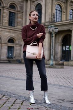 Outfit mit Kick Flare Jeans, Silver Boots und Oversize Pullover  | Glasschuh.com by Lea Christin #fashion #style #trend #autumn #Furla #Bag #Silver #Boots #Sacha #Pullover