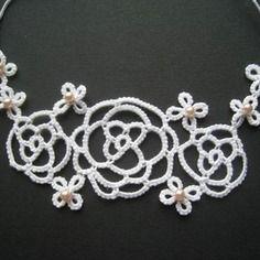 Collier frivolité  grandes roses perlées