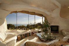 La increíble residencia esta localizada en Malibu, California y pertenece a la leyenda de la radio Dick Clark y su esposa, actualmente se encuentra a la venta