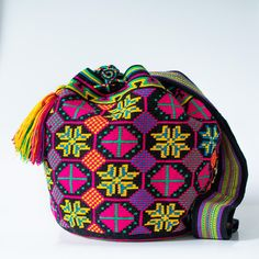 Hermosa Collection Wayuu Bags Handmade by One Thread at a time. Una Hebra Wayuu Mochila Bags of the Finest Quality. National Treasure, Tapestry Crochet, Weaving Techniques, Loom, Purses And Bags, Hand Weaving, Crochet Patterns, Shoulder Bag, Crochet Bags