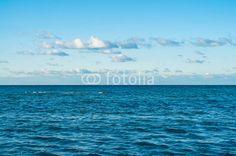 Grenzenlose Weite des Ozeans, blaues Meer unter blauem Himmel, Horizont, Freiheit, Seewetter, symbolisch, Seereise, maritimes Motiv, Querformat