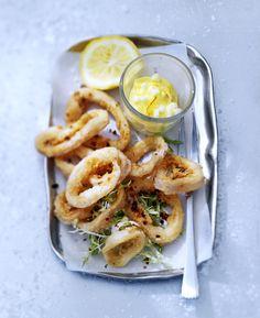 Wij vonden in ons grote recepten-archief dit recept voor een perfect oudjaarsavond-hapje: gebakken inktvis met appel-saffraanaioli. delicious.!