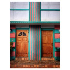 98 vind-ik-leuks, 5 reacties - David Friske (@david_friske) op Instagram: '627 10th St.  #artdeco #atmosphere #architecture #apartment #color #design #doors #entrance #earth…'