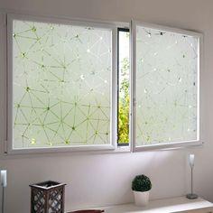 Les stickers pour vitres de fenêtres permettent d'occulter la vue, sans perte de luminosité. Une bonne solution pour faire l'impasse sur les rideaux, sans être vue du voisinage... Décoratif, avec son