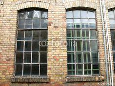 Vergilbte Fenster in der Backsteinfassade eines alten Gebäudes in der Heyne Fabrik in Offenbach am Main